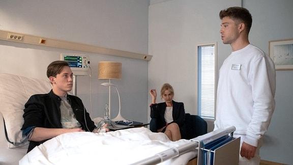 Kris Haas (Jascha Rust, re.) berichtet Franjo Kern (Alvar Goetze, li.) das neueste im Krankenzimmer.