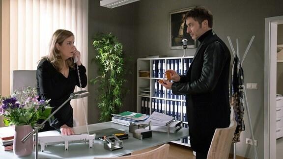 Sarah Marquardt am Telefon, vor ihr steht Tobias Rauch.