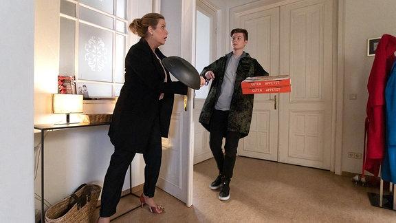 Als Sarah Marquardt (Alexa Maria Surholt) abends nach Hause kommt, hat sie das Gefühl, dass jemand in ihrer Wohnung war. Als dann auch noch ihre Tür aufgeht, bewaffnet sie sich mit einer Pfanne. Ihr Sohn Bastian (Johann Lukas Sickert) traut seinen Augen nicht, als er von seiner Mutter angegriffen wird.
