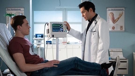 Dr. Philipp Brentano (Thomas Koch, re.) diagnostiziert bei Franjo Kern (Alvar Goetze, li.) ein Lungenödem
