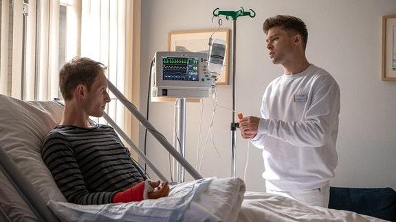 Notarzt Dr. Jörg Falter und Kris Haas im Krankenzimmer.