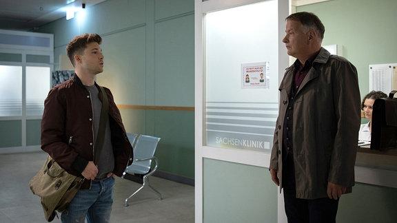 Kris spricht mit Roland Heilmann.