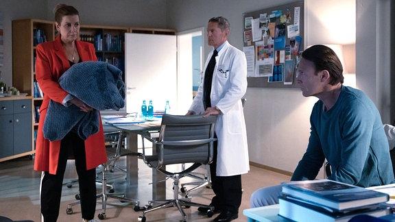 Sarah Marquardt mit einer Decke im Ärztezimmer.