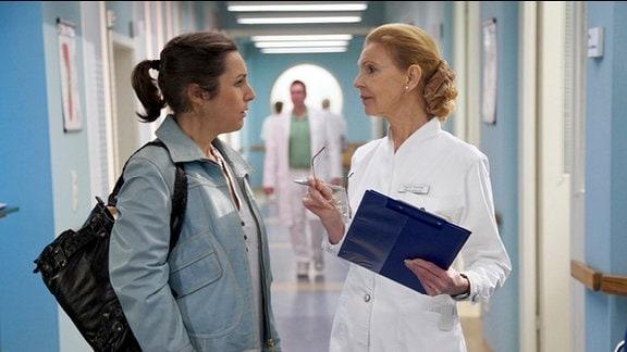Inka Wiedemann (Sanne Schnapp, li.) fragt Oberschwester Ingrid (Jutta Kammann, re.) ob sie schon Untersuchungsergebnisse ihres Bruders hat.
