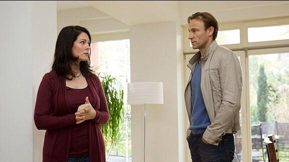 Elena Eichhorn (Cheryl Shepard) hat sich entschieden mit ihrer Tochter Sophie zu deren leiblichen Vater nachh Australien zu fahren. Nach allem, was passiert ist, findet Martin Stein (Bernhard Bettermann) die Idee eine Farce.
