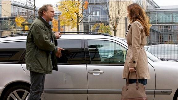 Sylvie Meinert (Deborah Kaufmann) holt ihren Arbeitskollegen Walter Hahn (Matthias Komm), mit dem sie seit Längerem eine heimliche Beziehung führt, nach einer Darm-Operation aus der Sachsenklinik ab.