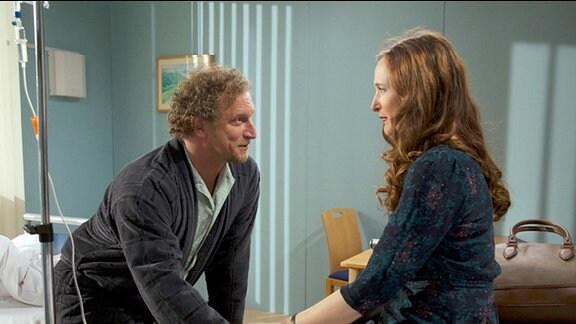Walter Hahn (Matthias Komm) ist Sylvie Meinerts (Deborah Kaufmann) Chef in einem Bauunternehmen.