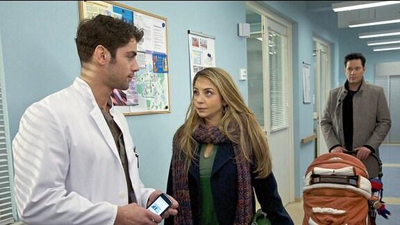 Schwester Arzu (Arzu Bazman) erfährt durch Zufall, dass Dr. Niklas Ahrend (Roy Peter Link, li.) ein Angebot für eine Oberarztstelle in Kalifornien erhalten hat.