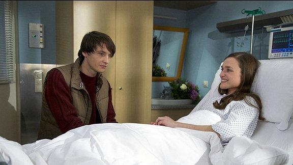 Gero Quitte (Ralph Kretschmar) besucht Marlene Defland (Josephin Busch) an ihrem Krankenbett.