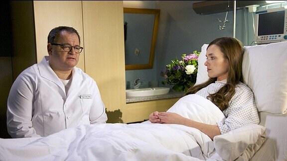 Pfleger Hans-Peter Brenner (Michael Trischan) erzählt Marlene Defland (Josephin Busch) von Geros schicksalsbeladener Vergangenheit.