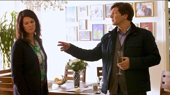 Nachdem Martin Stein den wahren Grund für Elenas plötzliche Rückkehr erfahren hat, hat er die Wohnung verlassen.