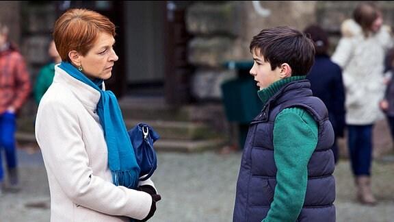 Jonas Heilmanns (Anthony Petrifke) Lehrer hat Pia Heilmann (Hendrikje Fitz) in die Schule bestellt. Angeblich hat er Jonas beim Schummeln erwischt und nun soll er dafür eine sechs bekommen. Doch zu einem Termin mit dem Lehrer soll es nicht mehr kommen: Auf dem Schuldach steht eine Schülerin.