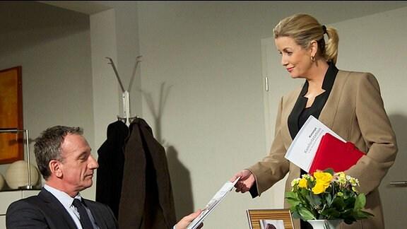 Sarah Marquardt und Alexander Weber im Büro.