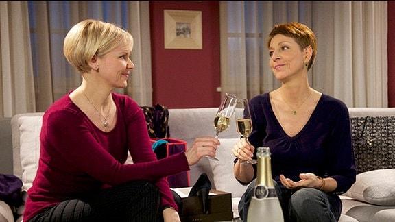 Kathrin Globisch und Pia Heilmann stoßen mit Sekt an.