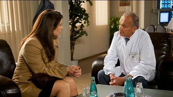 Die Mutter von Amelie unterhält sich mit Prof. Simoni in dessen Büro.