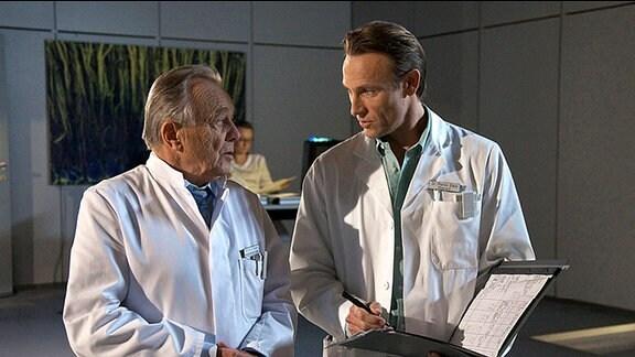 Professor Simoni und Dr. Stein beraten über den Gesundheitszustand von Häftling Dahlke.
