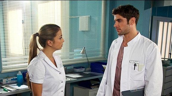 Arzu und Niklas unterhalten sich im Patientenzimmer über den Gesundheitszustand von Baby Max.