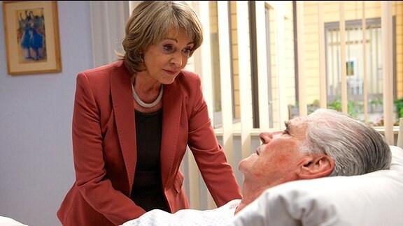 Barbara Grigoleit (Uta Schorn) hat gehört, dass Wilhelm Mehnert (Sky du Mont) in der Sachsenklinik liegt