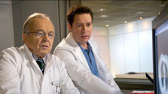 Prof. Simoni (Dieter Bellmann) und Dr. Philipp Brentano (Thomas Koch)