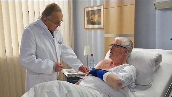 Professor Simoni (Dieter Bellmann) untersucht den Hautausschlag von Wilhelm Mehnert (Sky du Mont)