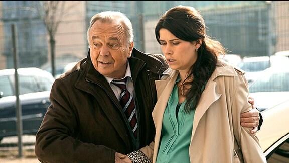 Professor Simoni bringt seine Tochter Rebecca Simoni in die Sachsenklinik.