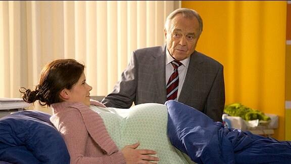 Professor Simoni kümmert sich liebevoll um seine Tochter Rebecca, die kurz vor der Niederkunft steht.