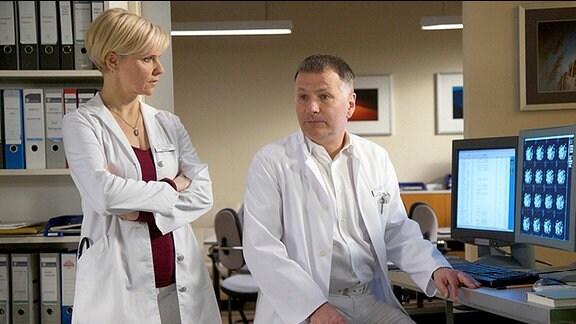 Dr. Roland Heilmann berät sich mit Dr. Kathrin Globisch zum Patientenfall Mirko Wollert.