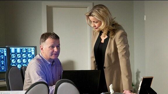 Verwaltungschefin Sarah Marquardt empört sich bei Dr. Roland Heilmann darüber, dass er Dr. Martin Stein eine Nachtschicht zugeteilt hat.