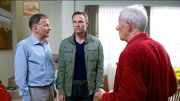 Otto Stein (Rolf Becker, re.) versucht im Streit zwischen seinem Sohn Martin (Bernhard Bettermann, mi.) und Roland Heilmann (Thomas Rühmann, li.) zu vermitteln.