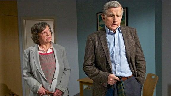 Kurt Niehaus (Ulrich Anschütz) bekommt in der Sachsenklinik Besuch von seiner neue Liebe Maria Kowalski (Ursula Werner).