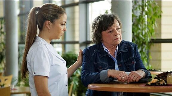 Maria Kowalski (Ursula Werner, re.) spricht mit Schwester Arzu (Arzu Bazman, li.).