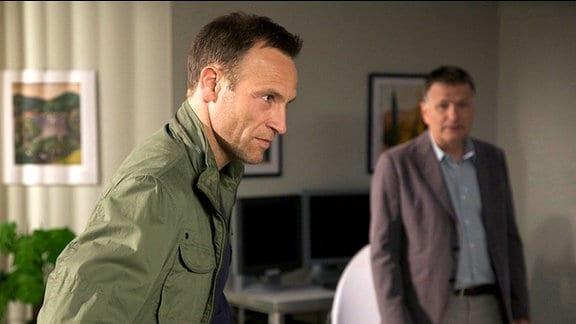 Martin Stein (Bernhard Bettermann, li.) erzählt Roland Heilmann, dass auch er als Klinikleiter kandidiert.