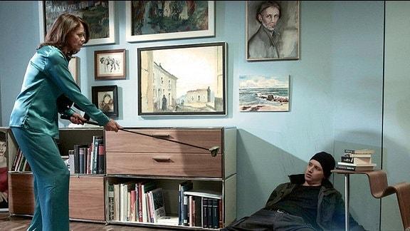 Gabriele Hagemann (Angela Roy) wird nachts von Geräuschen in ihrer Wohnung geweckt. Als sie, mit einem Golfschläger bewaffnet, in ihr Wohnzimmer geht, stellt sie tatsächlich einen Einbrecher. Im Affekt schlägt sie zu.