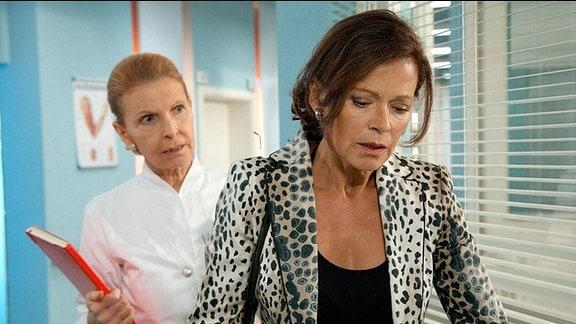 Oberschwester Ingrid (Jutta Kammann, li.) trifft auf dem Klinikgang auf eine völlig aufgelöste Gabriele Hagemann (Angela Roy, re.).