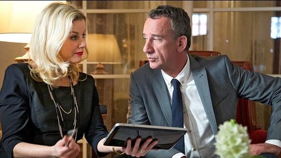 Sarah Marquardt (Alexa Maria Surholt) trifft sich mit Alexander Weber (Heio von Stetten) um Details hinsichtlich einer finanziellen Beteiligung des Klinikgroßkonzerns Abaris an der Sachsenklinik zu besprechen.