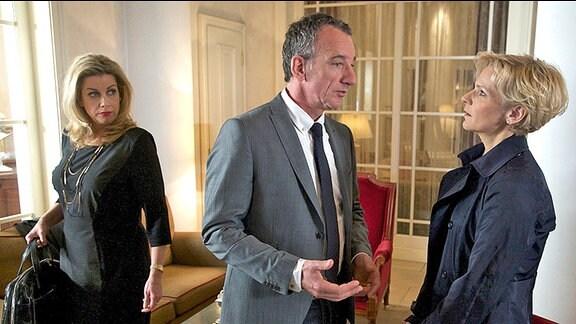 Kathrin Globisch (Andrea Kathrin Loewig, re.) überrascht Alexander Weber (Heio von Stetten, mi.) bei seinem Gespräch mit Sarah Marquardt (Alexa Maria Surholt).