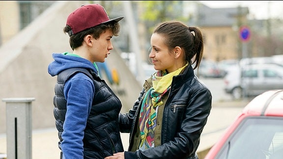 Sabrina Reichelt (Kristin Suckow) bringt ihren Bruder Lars (Adrian B. Moore) zur Kursfahrt der Schule. Sabrina kümmert sich seit ein paar Jahren allein um ihren Bruder, da Vater und Mutter weggegangen sind. Sie selbst will die Zeit nutzen, um sich einen Knoten in der Schilddrüse entfernen lassen.