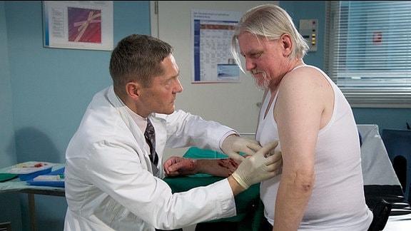 Während sein Kollege operiert werden muss, hat Klaus Ramme nur eine kleine Schnittverletzung am Arm, die von Dr. Kaminski schnell versorgt ist.