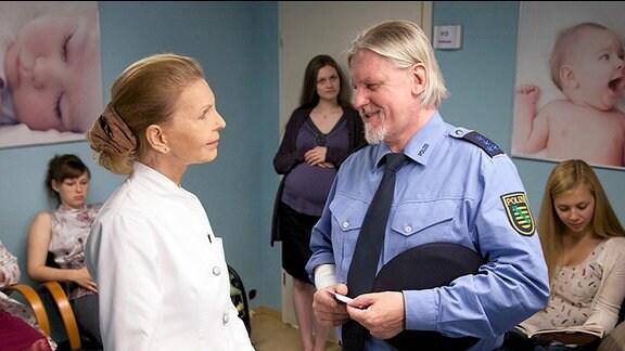 Oberwachtmeister Klaus Ramme soll einen Knoten in seiner Brust untersuchen lassen. Als ihm in der gynäkologischen Abteilung Oberschwester Ingrid begegnet, tut er allerdings so, als hätte er sich in der Abteilung geirrt.