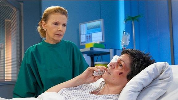 Elena Eichhorns Tochter Sophie will wissen, wie es ihrer Mutter geht. Einen Moment ist Elena ganz tapfer, doch dann muss ihr Oberschwester Ingrid helfen, die Situation zu meistern.