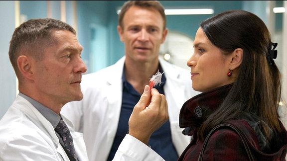 Dr. Kaminski (Udo Schenk), Dr. Martin Stein (Bernhard Bettermann) und Caro Strehle (Sandra S. Leonhard)