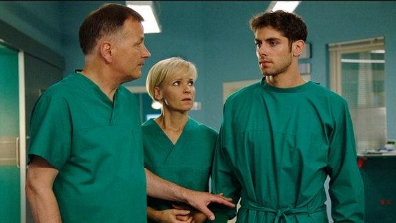 Dr. Niklas Ahrend musste sich als erster am Unfallort zwischen zwei Verletzten entscheiden. Obwohl Dr. Kathrin Globisch und Dr. Roland Heilmann ihm fest überzeugt attestieren, dass er richtig gehandelt hat, fühlt sich Niklas für Anita Veits schlechten Zustand verantwortlich.