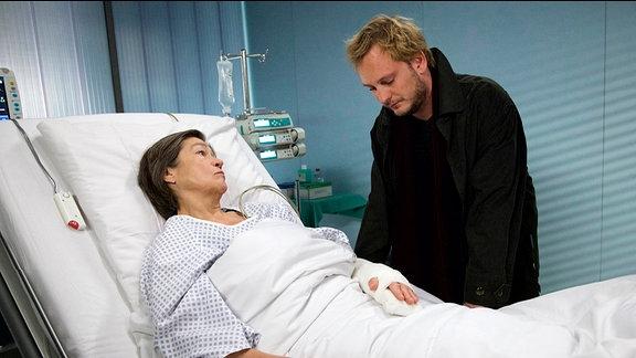 Noah Horner (Christian Blümel) plant heimlich, die Tischlerei seiner Mutter Regina Horner (Tina Engel), die ihm formal gehört, zu verkaufen.