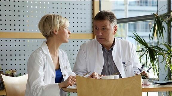 Dr. Roland Heilmann (Thomas Rühmann) passt es gar nicht, dass seine Freundin und Kollegin Dr. Kathrin Globisch (Andrea Kathrin Loewig) ausgerechnet mit Alexander Weber zusammen ist.