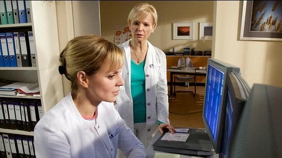 Dr. Lea Peters (Anja Nejarri) und Dr. Kathrin Globisch (Andrea Kathrin Loewig)