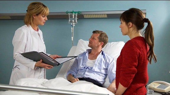 Ina Dahlmann ist dabei, als Dr. Peters ihrem Mann Marc mittelt, dass er gleich an mehreren Magengeschwüren leidet.
