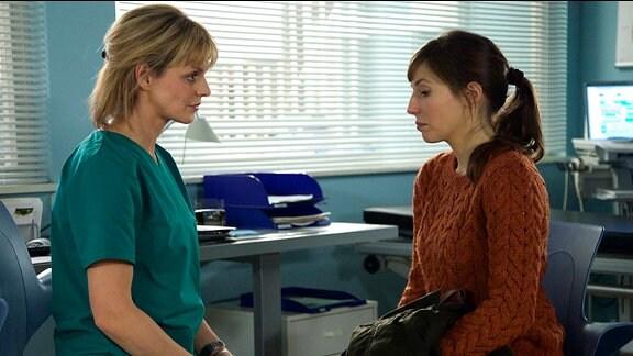 Ihna Dahlmann spricht mit Dr. Peters.