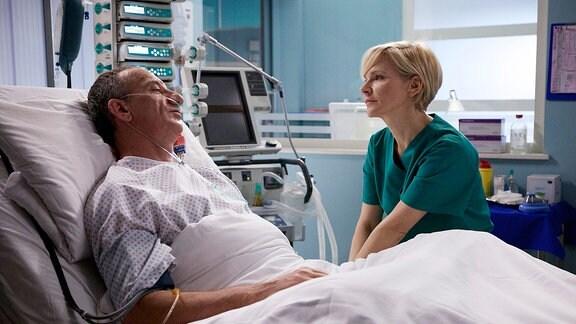 Trotz der Trennung wacht Dr. Kathrin Globisch (Andrea Kathrin Loewig) die ganze Nacht am Bett von Alexander Weber (Heio von Stetten). Als Alexander aufwacht, ist er glücklich sie zu sehen. Kathrin weiß nun, dass er der Klinik geholfen hat. Alexander bittet sie um eine gemeinsame Auszeit, wenn er sich wieder erholt hat und beteuert Kathrin seine Liebe. Doch plötzlich verliert er das Bewusstsein.