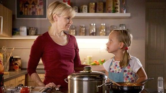 Dr. Kathrin Globisch (Andrea Kathrin Loewig, li.) muss ihre kleine Tochter Hanna (Lana Sophie Böhm, re.) trösten. Auch die Kleine macht sich Sorgen um Alexander Weber.