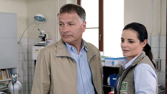 Roland (Thomas Rühmann) bittet Tierärztin Dr. Mertens (Elisabeth Lanz), ihm bei der Behandlung des traumatisierten Tim zu helfen.